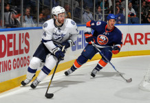 НХЛ: «Тампа» переподписала контракт с нападающим