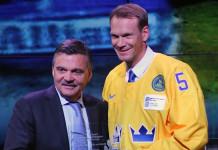 Легендарный защитник выставил на аукцион свитер из Зала славы, чтобы помочь родной команде