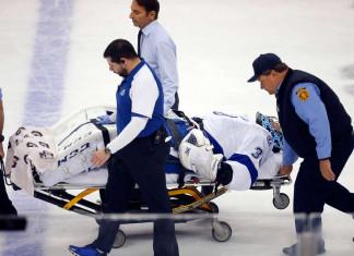 НХЛ: Основной голкипер «Тампы» получил серьезную травму в первом матче серии и покинул лёд на носилках