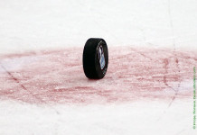 Видео: Хоккеист отправил в нокдаун судью в матче любительских команд в Канаде