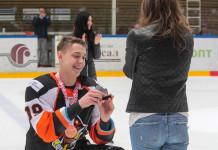 Видео: Хоккеист «Шахтера» после завоевания бронзы сделал предложение своей девушке
